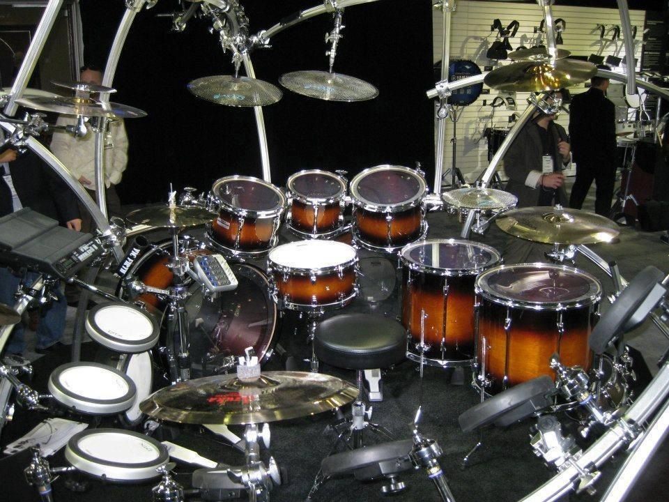 Oh, myyyyy....... (a la Takai)  *drool starts to run* How YOU doin? (a la dude off Friends- whose name I've TOTALLY forgotten- Joey?)  Whatever. Those beautiful earth tones, that unconventional setup, THAT is a TOTal (drumset) HOTTIE.