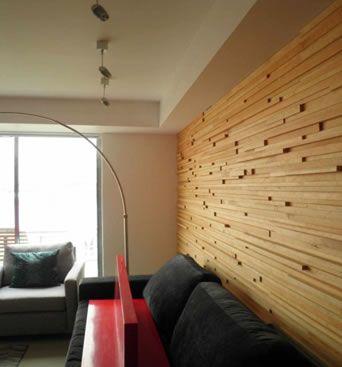 Textura en la pared de una sala de madera lisa en relieve for Acabados minimalistas interiores