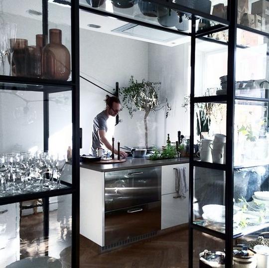 die besten 25 glaswandregale ideen auf pinterest display und wandregale weinglashalter und. Black Bedroom Furniture Sets. Home Design Ideas