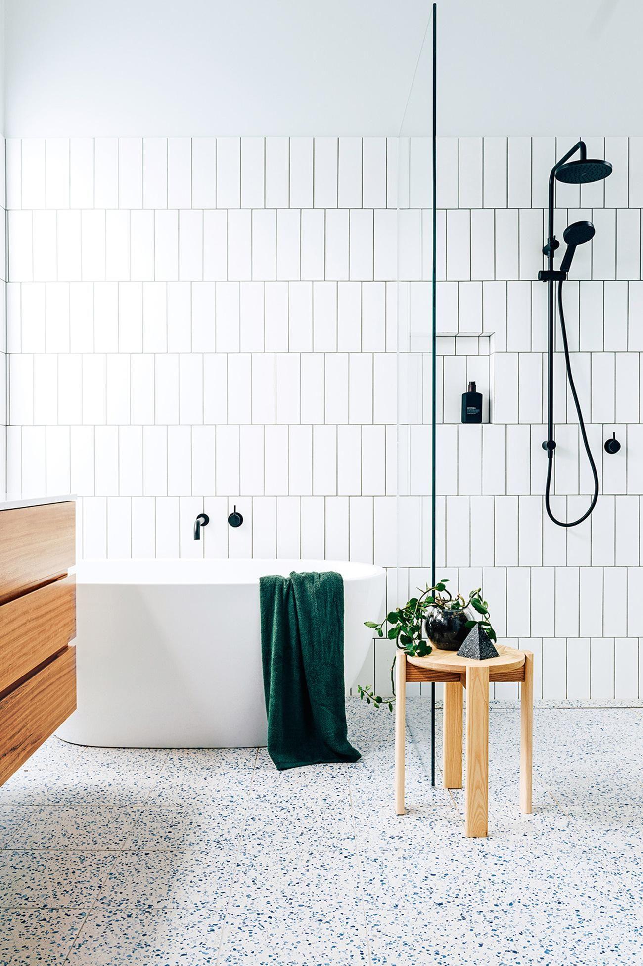 Uberlegen Vertikale Subwaytiles/ Metrofliesen Weiß Schwarz Badezimmer Freistehende  Badewanne Dusche Ebenerdig Glas Schwarze Armatur Minimalistisch Modern