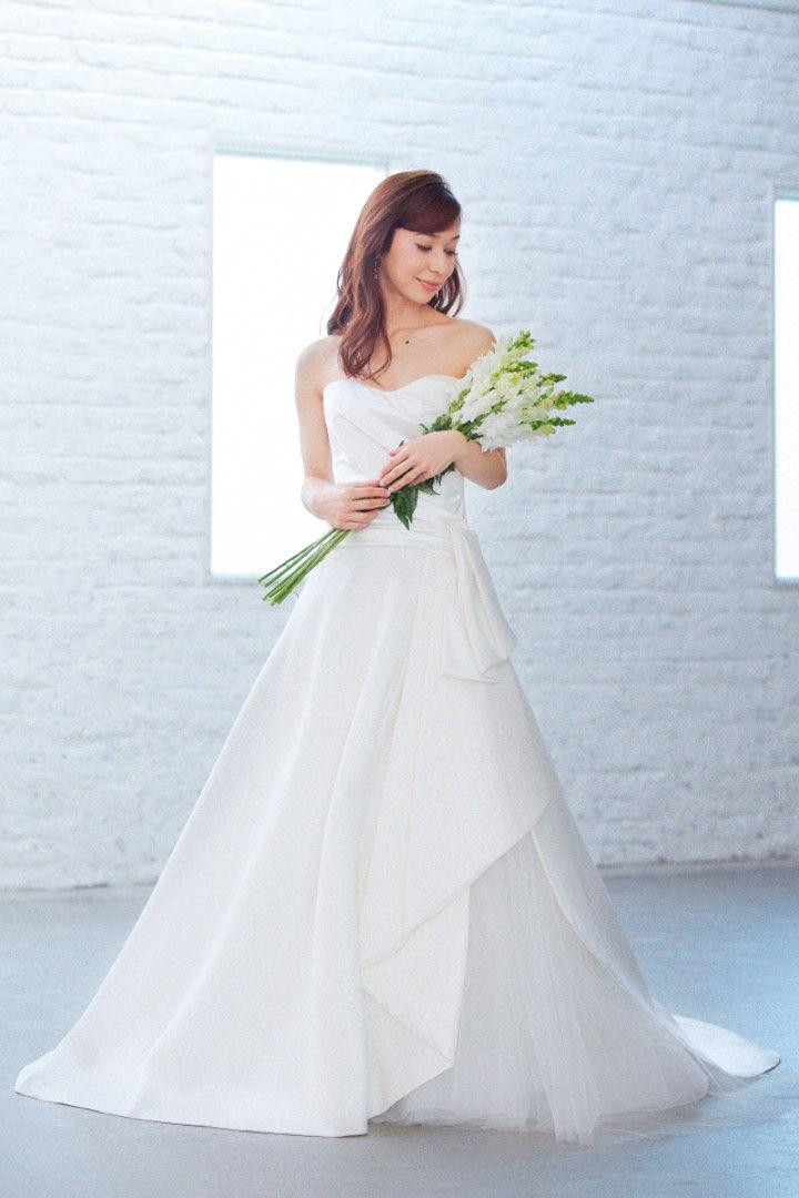 6ffa77993220f ハリのある素材感がシックなAラインドレス。サイドからのぞくチュールで可愛さをプラス。