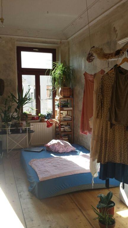 altbau-charme in leipzig: holzdielen, unverputzte wand und stuck, Hause deko