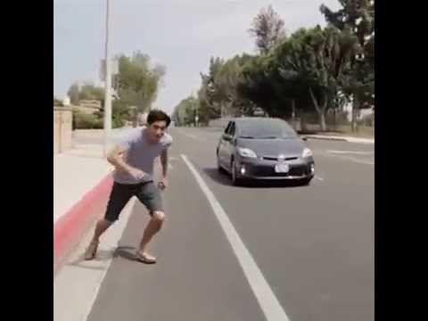 Nhảy vào xe ô tô đang chạy