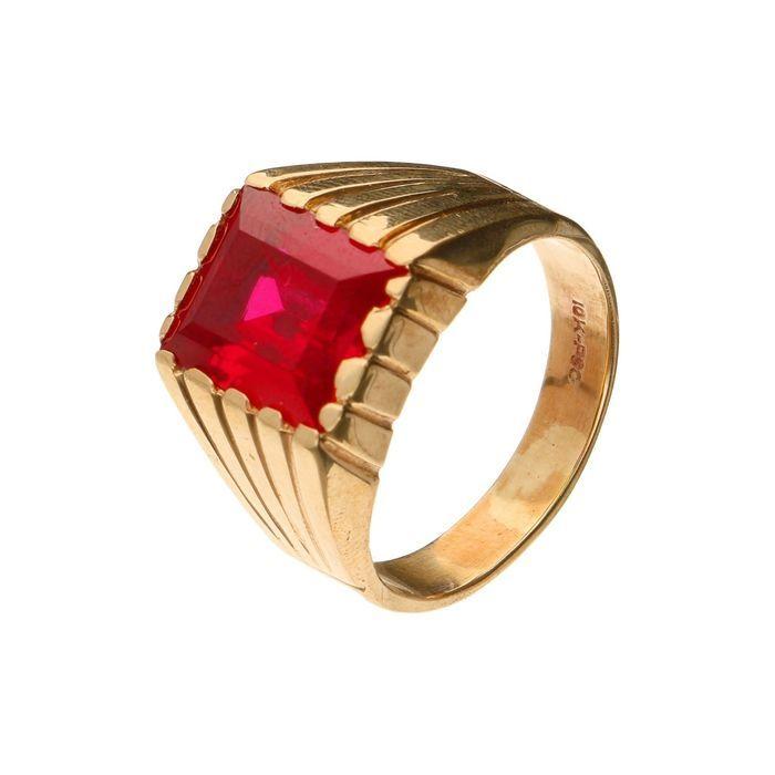 10k zware geelgouden ring met een syntethische robijn ringmaat 205  Zware gele (BWG) gouden ring met een syntethische robijn (afmeting steen 12 x 10 mm). Gewicht 1035 gram.Gehalte: 416/1000 De (goud) zuiverheidsgraad van dit kavel ligt onder de wettelijke minimum zuiverheidsgraad van sommige landen.Ringmaat 205Omtrek 65 mmKwaliteit: Tweedehands. Voor eigen indruk zie foto's.Kavelnummer 12-18398Aangetekende verzendingDeze aanbieder heeft wekelijks /- 500 veilingitems.Bekijk het aanbod…