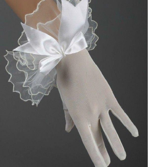 Un complemento clásico y elegante para tu boda son los guantes para novias. Aunque no parezcan usarse, en realidad siguen siendo un detalle que recordarán.