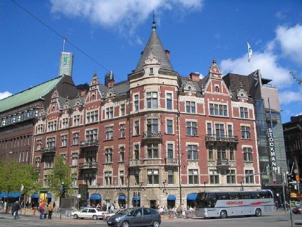 Wulffin kulma eli Argoksen talo, josta vain ulkoseinät alkuperäiset Stockmannin tavaratalon remontin jälkeen 1987. Stockmann's building on Mannerheimintie 2010?