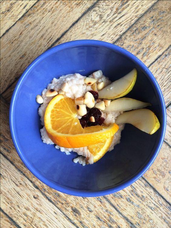Der klassische Milchreis wird hier mit Mandel- statt Kuhmilch und wenig Zucker zubereitet. Schmeckt sowohl als wärmendes Frühstück oder fruchtiges Dessert.