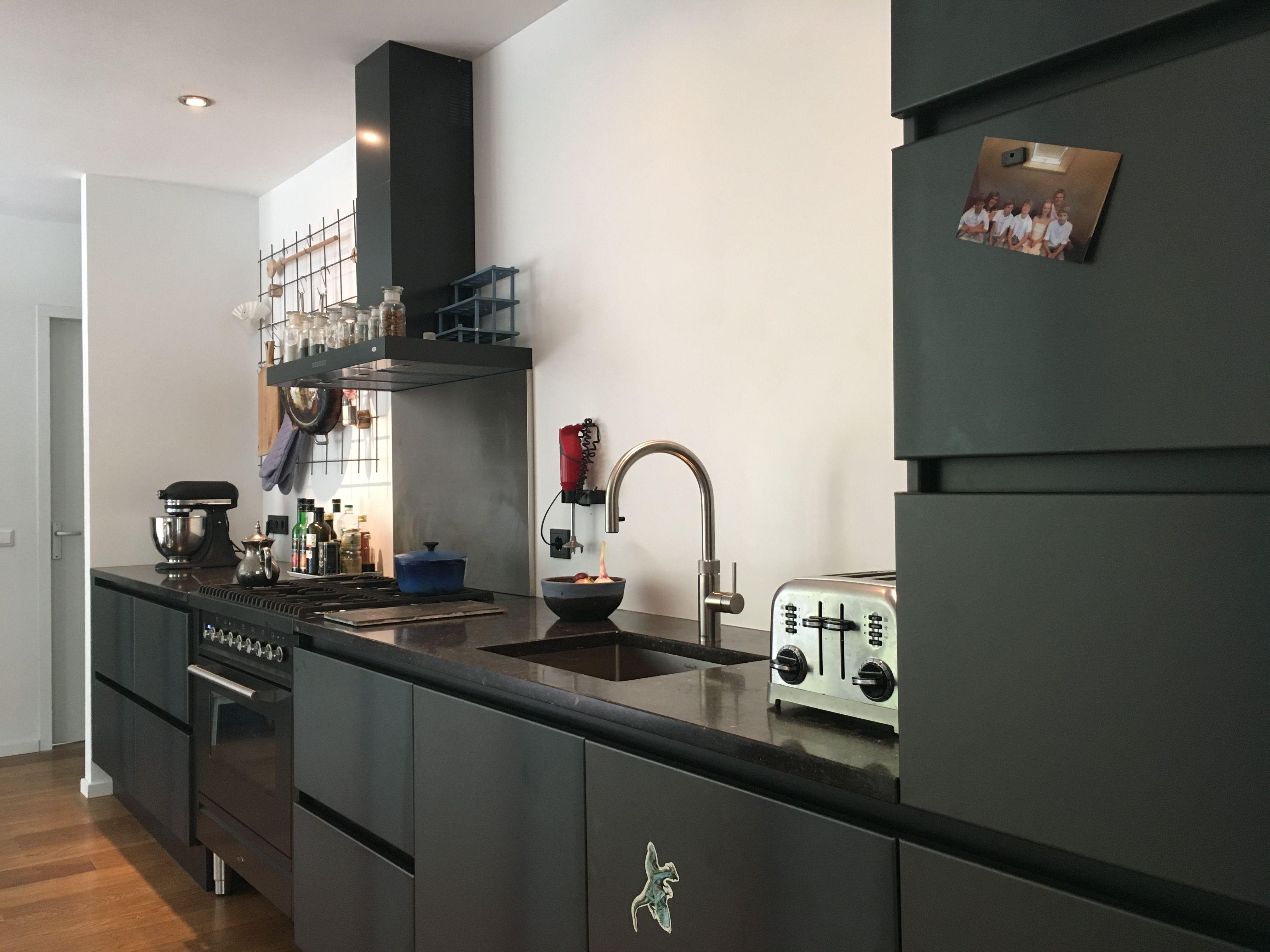 Zwart Keuken Fornuis : Blauwstaal zwarte keuken matzwart stalen keukenkastjes