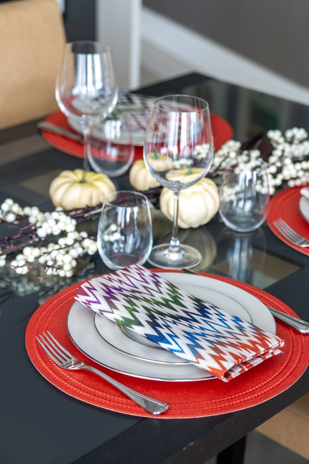Spruce up your fall settings with new pops of colors: our Fall Must-Haves collection is now live on our website to get you in the spirit of the season! . . . Photo by @stellarmediaagency #homedecor #homedecoration #homeinspo #homeinspiration #tablesetting #tabledecor #tabledecoration #kitchendesign #kitcheninspo #diningroom #diningtable #diningtabledecor #placemat #tablecloth #aroundthetable #tablesettingdecoration #finedining #decor #interiordecor #decorinspo