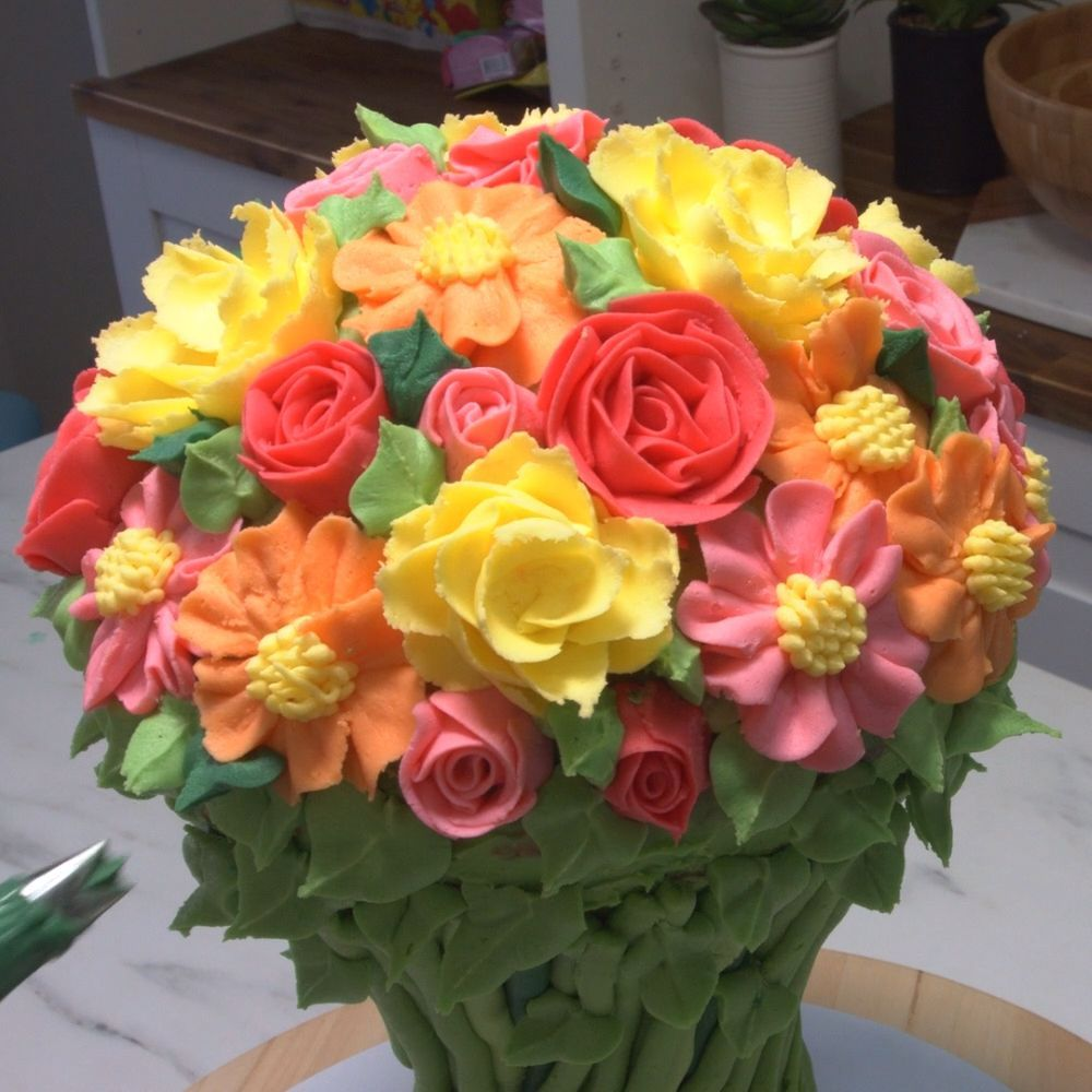 Lots of gorgeous piped buttercream flowers in a stunning ...