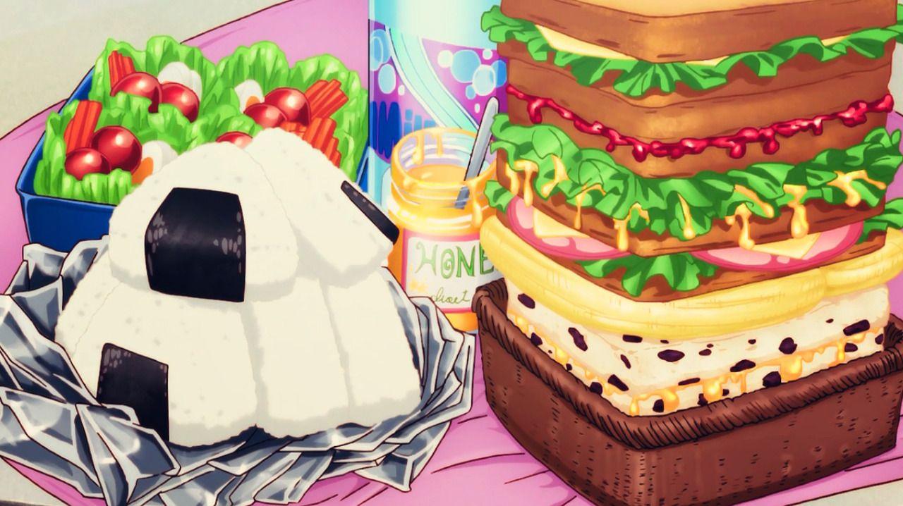 Pasto con tramezzini, panini con lattuga, pomodori e formaggio, onigiri e insalata