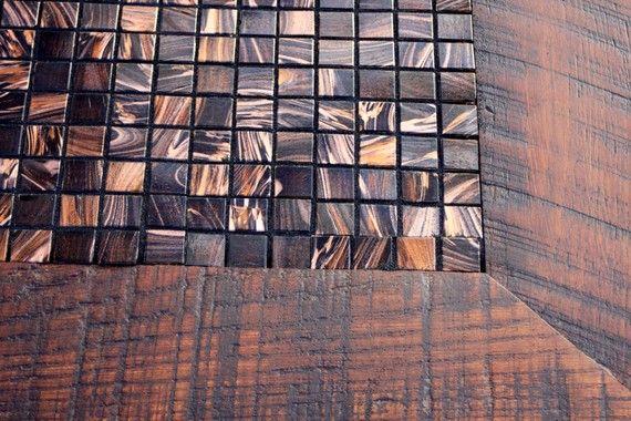 Esta hermosa mezcla de azulejo y madera crea un uno de una mesa de