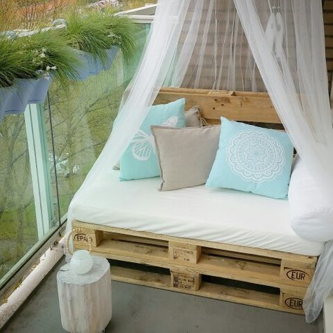 DIY outdoor Pallet sofa on my balcony (Furniture Designs Ideas) #apartmentpatiodecorating