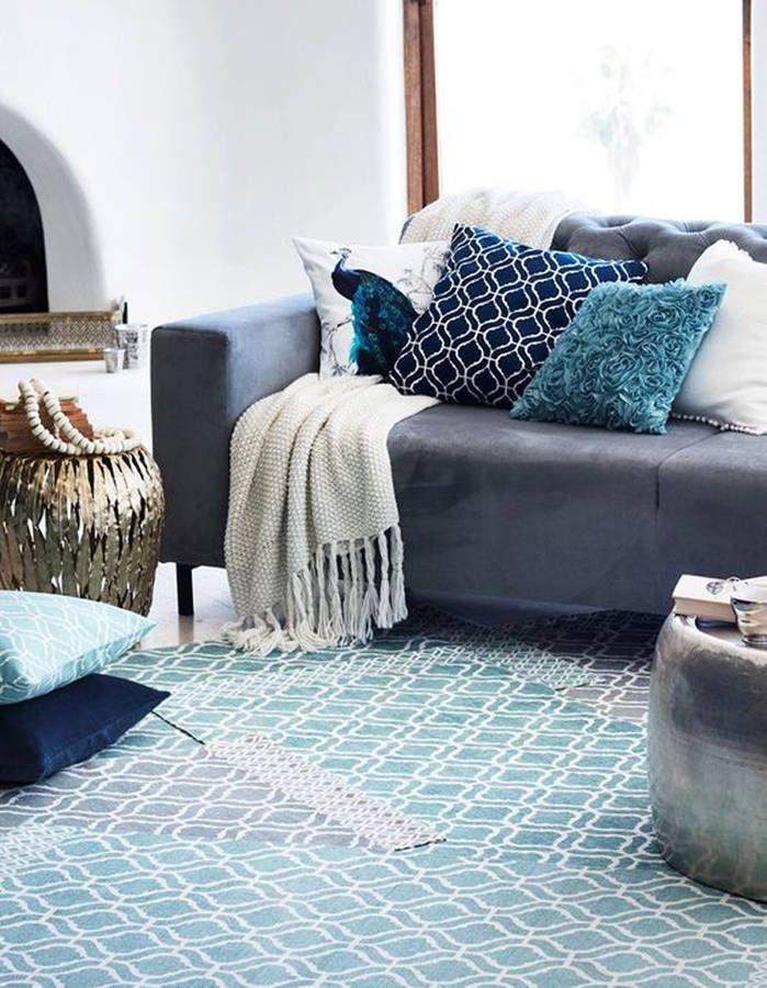Un canap gris mix des accessoires bleus coussins Canape gris bleu