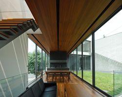 Residência com jeito de prédio comercial, muito bem projetado, porém falta privacidade para uma casa.