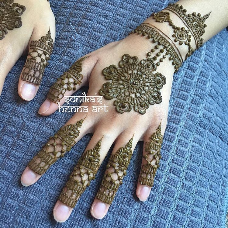 Stunning Bridal Henna Designs By Ash: Beautiful Non-bridal Mandala Design With Intricate Fingers