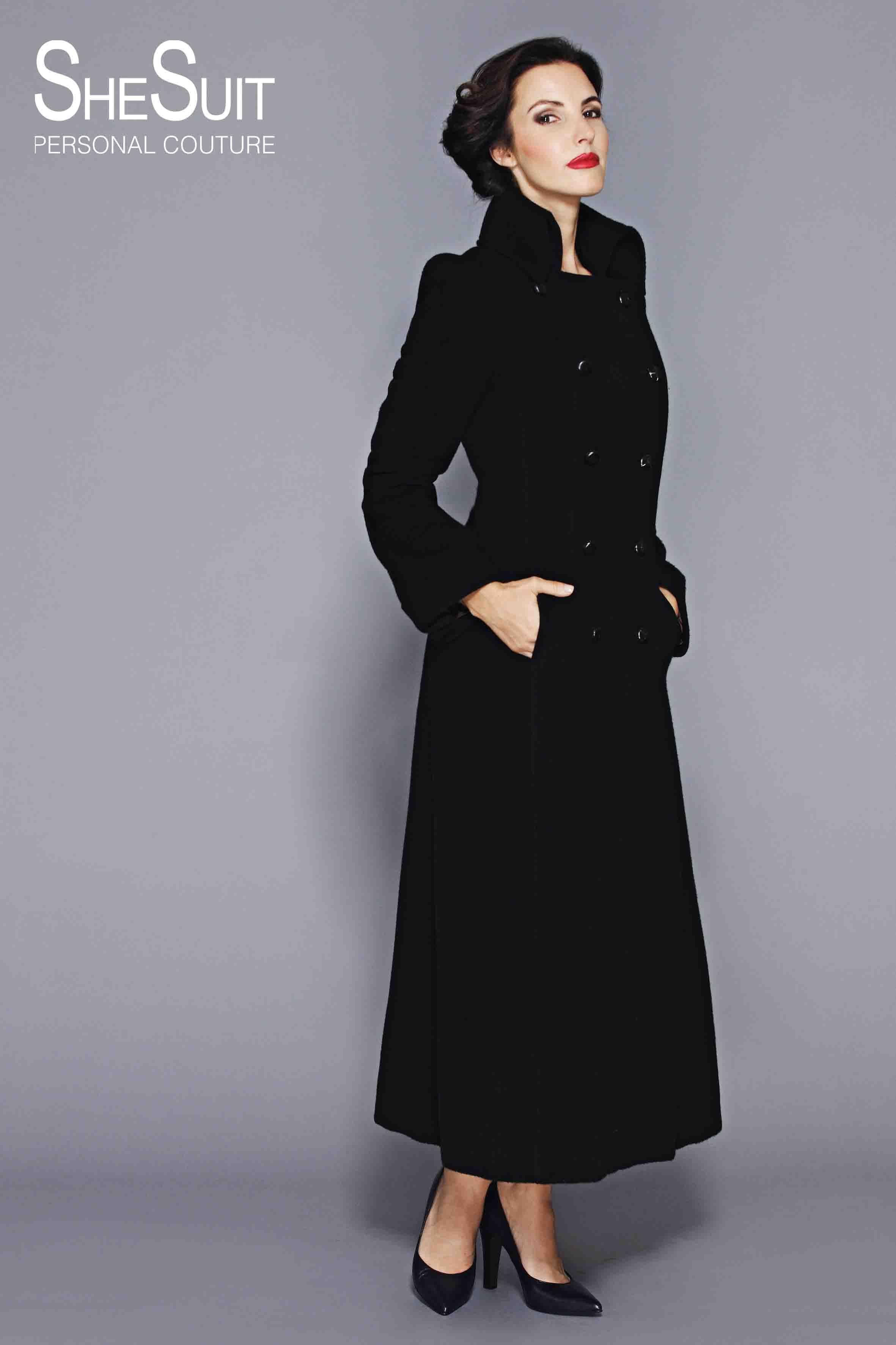 Lange Zwarte Winterjas.Model Winter Lange Winterjas Gemaakt Van Zwarte Alpaca Uit Peru De