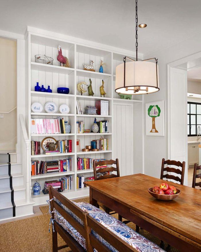 Wohnzimmer im Landhausstil, Holzmöbel, rote Äpfel im Geschirr auf - wohnzimmer einrichtungsideen landhausstil