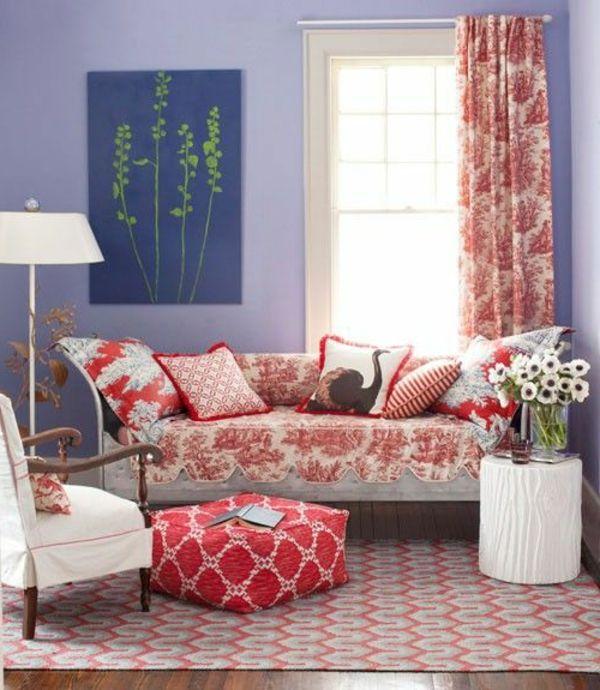 Kleines Wohnzimmer Schön Machen   Lila Wandfarbe Bunte Gardinen Und  Dekokissen