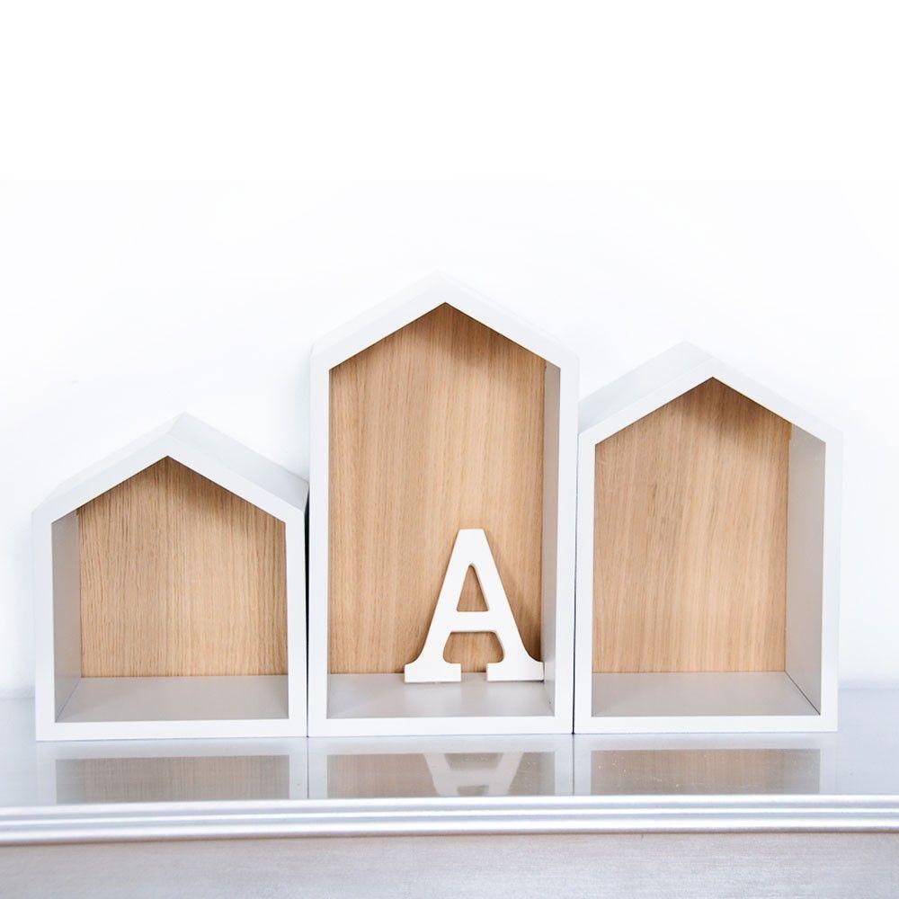 Estanteras infantiles originales de casita blanca de madera natural