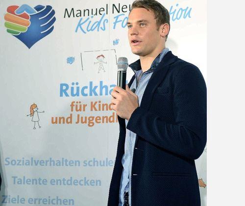 Manuel Neuer, arquero del bayern münich y de la selección alemana  tiene una fundación para niños pobres y enfermos... ♥ ♥ ♥