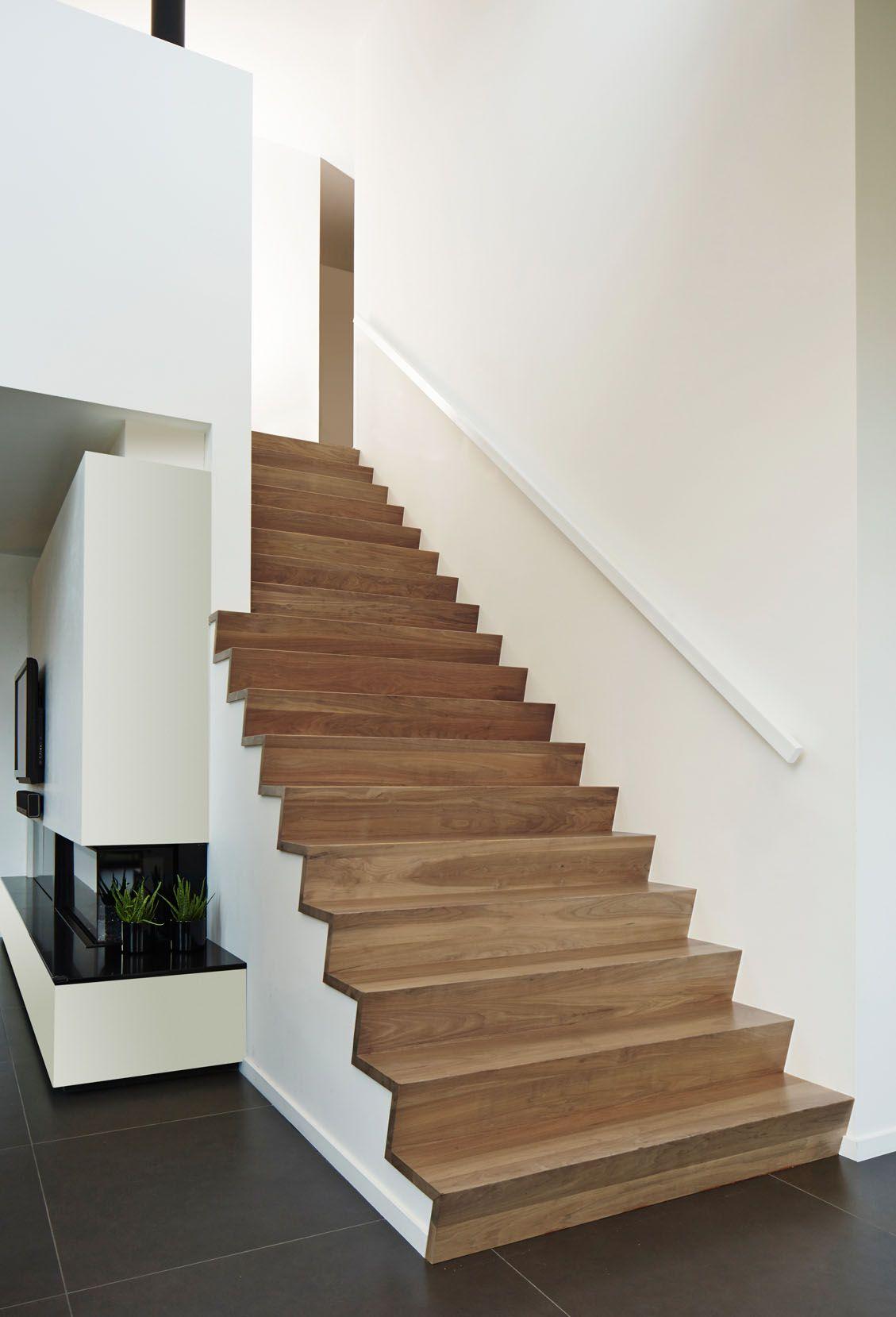 Betonnen trap bekleed met z treden in notelaar hout door trappenlauwers hal pinterest hout - Trap ijzer smeden en hout ...
