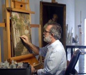 Jerónimo Pérez retirando un barniz antiguo de un cuadro. Haz CLIC