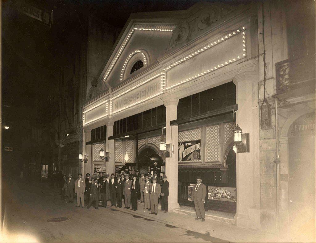 Fundado em 1927 pela empresa Bunge, o Cine São Bento foi a primeira sala oficial de exibição dos filmes da Paramount na capital paulista. Conheça a sua história e veja fotografias inéditas.  http://www.saopauloantiga.com.br/cine-sao-bento/