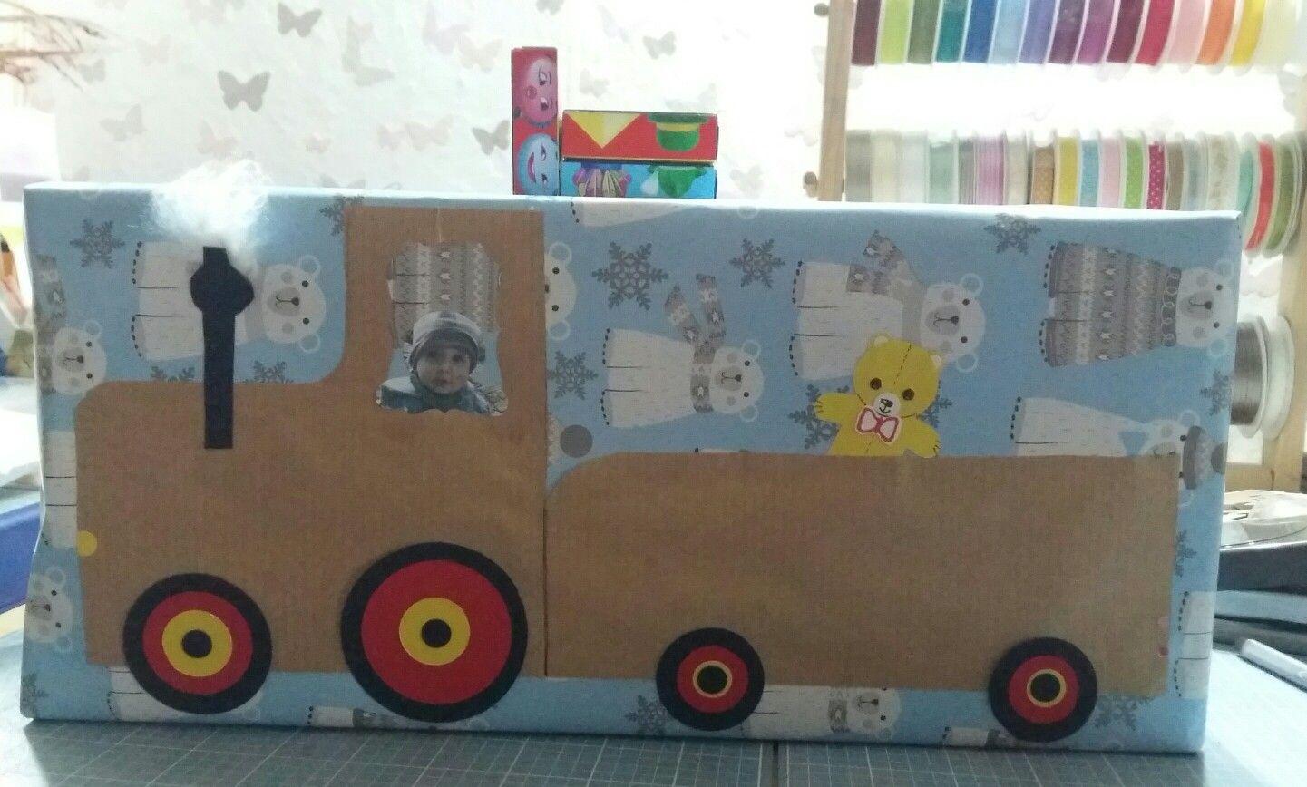 Verpackung von Spielzeug für einen Einjährigen  Und obendrauf drei Mini Smartis als Auto gestapelt