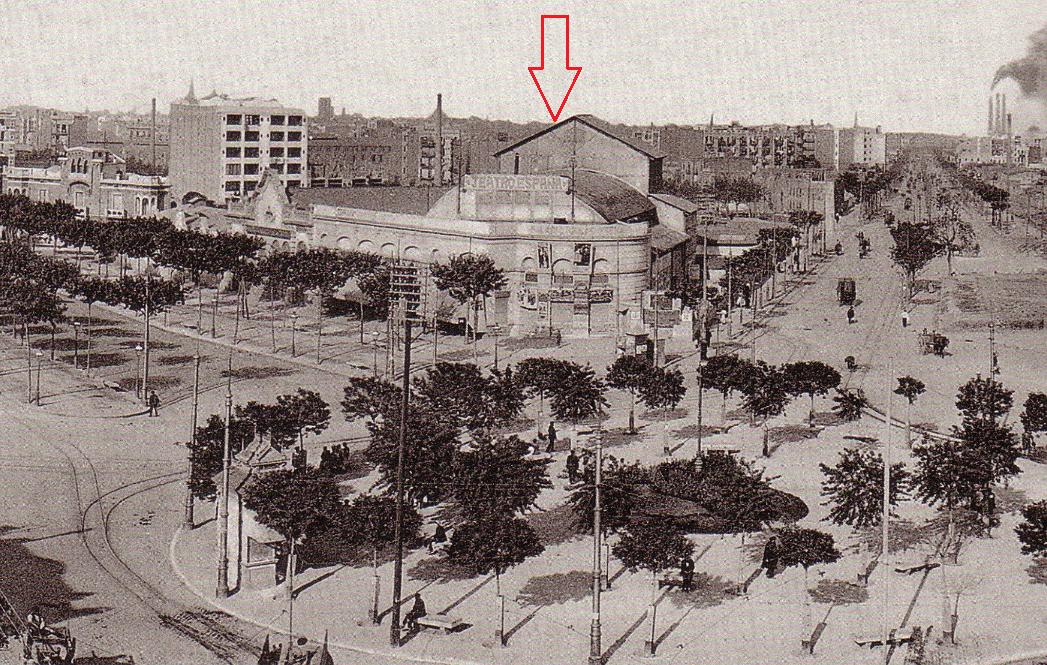 TEATRO ESPAÑA / GRAN CINEMATÓGRAFO ESPAÑA. (1909-1927). *1922.- Una imatge de la plaça Espanya amb la Gran Via a l'esquerra i el Paral·lel a la dreta. La fletxa  vermella assenyala l'estructura del Teatro España.