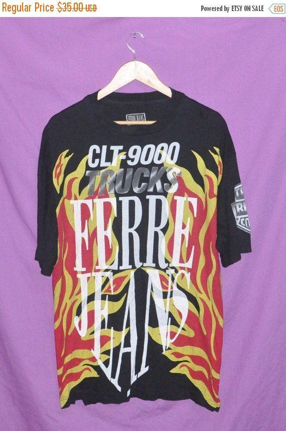 ee08a8f4de83 VENTE de NOËL Vintage des années 90 FERRE Jeans plein impression faite en  Italie T-Shirt