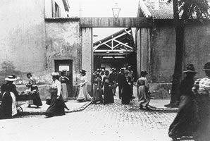 """No dia 22 de março de 1895, Auguste e Louis Lumière exibiram para uma pequena plateia o primeiro filme da história, La Sortie de l'usine Lumière à Lyon (A Saída da Fábrica Lumière em Lyon). Uma curta apresentação de sessenta segundos, a primeira """"produção cinematográfica"""" dos irmãos foi seguidamente exibida em diversas reuniões públicas, até chegar ao grande público em dezembro daquele mesmo ano."""