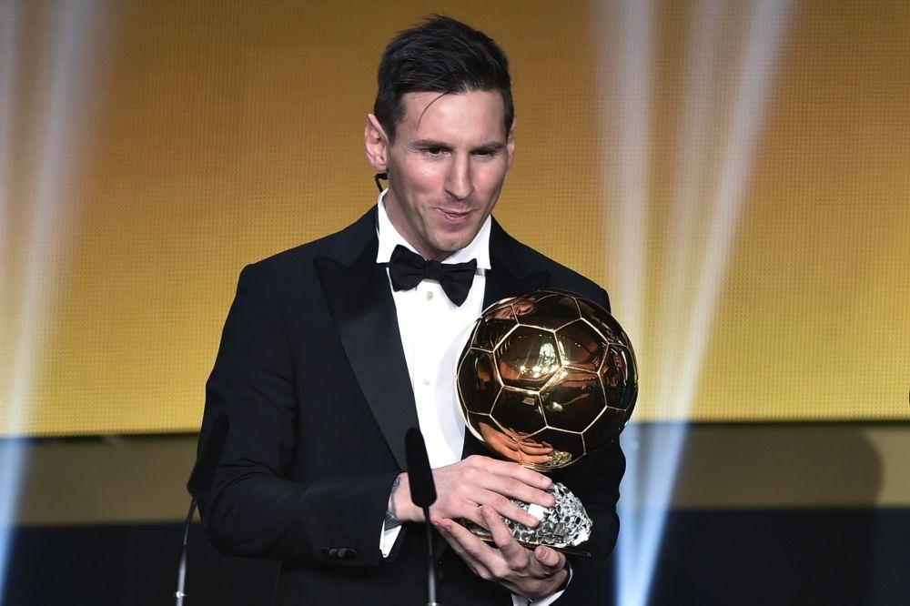 بالفيديو ميسي يتوج بالكرة الذهبية للمرة الخامسة في مسيرتة الكروية Lionel Messi Messi Lionel Messi Biography