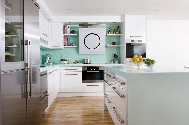 mintgrüne Corian Rückwand und weiße Fronten | Beautiful Rooms ...