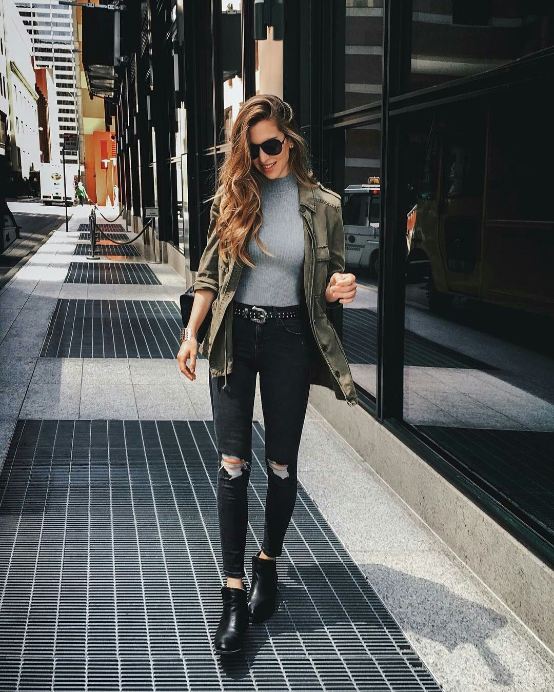 dbab0c1a5e 12 Looks com calça preta por Nichole Ciotti Jeans rasgado, jaqueta verde  militar, ankle boot, look casual