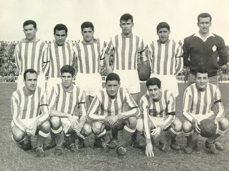 Real Club Recreativo De Huelva Luás Aragonés El Segundo Agachado Por La Izquierda