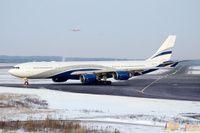 Hifly:n A340-500 CS-TFX Helsinki Vantaalla kiitotien odotuspaikalla 04R.