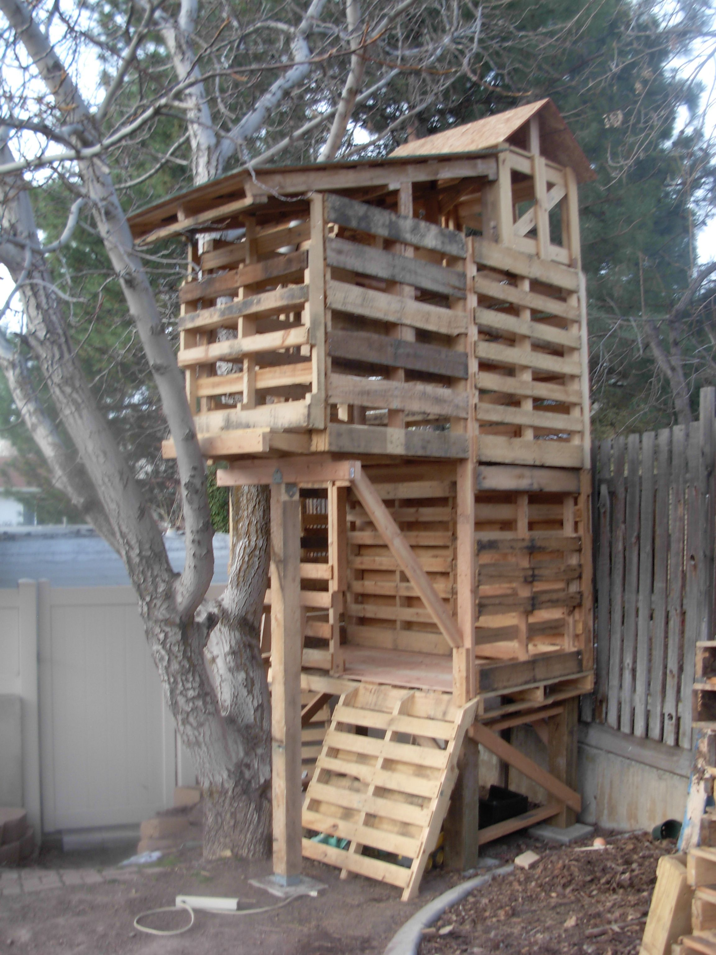 Pallet tree houses on pinterest pallet fort pallet for Pallet tree fort