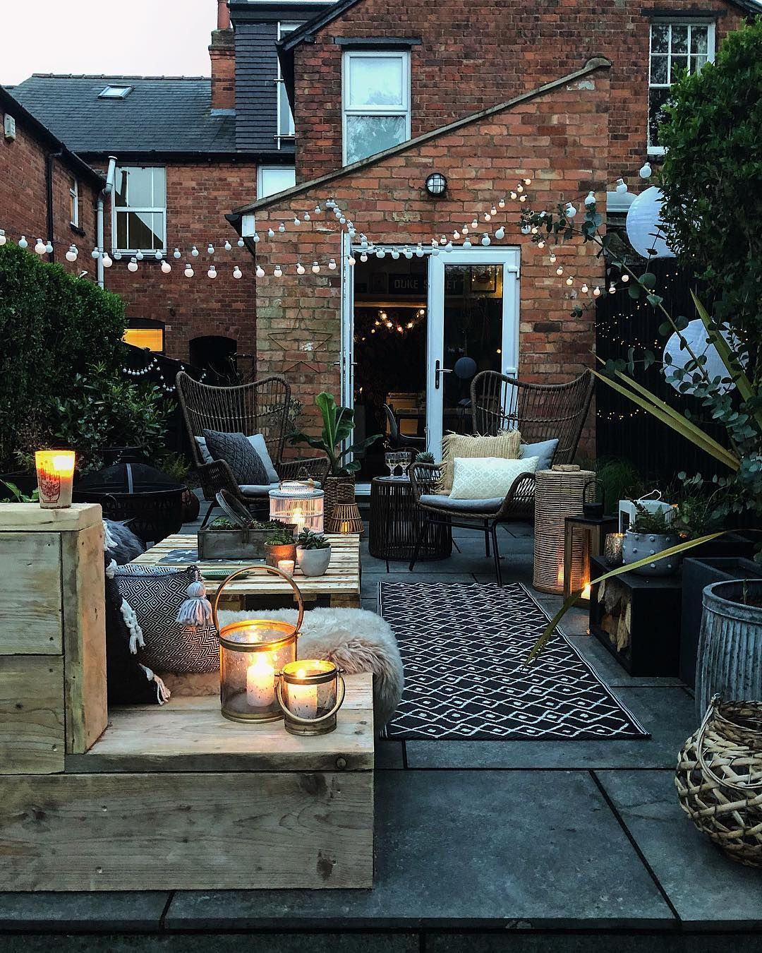 Stunning And Cosy Patio With DIY Pallet Sofas And Festoon