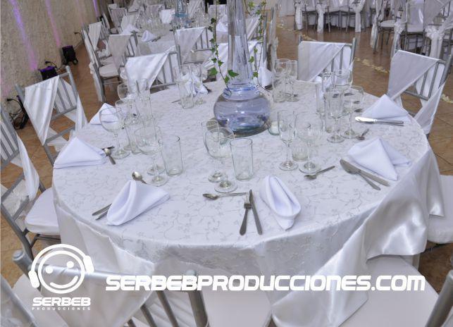 Variedad de estilos y colores de manteleria para la organización de tu boda.