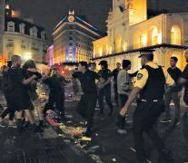 Un policía arroja gas pimienta en el rostro de una manifestante en los episodios frente a la Catedral.