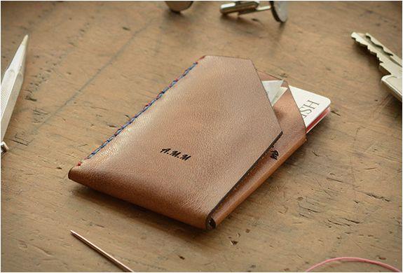 5c3a0903c CARTEIRA DE COURO MINIMALISTA - WINGBACK WALLET Wingback é uma bela carteira  de couro minimalista feita sob medida que é personalizada para o seu gosto