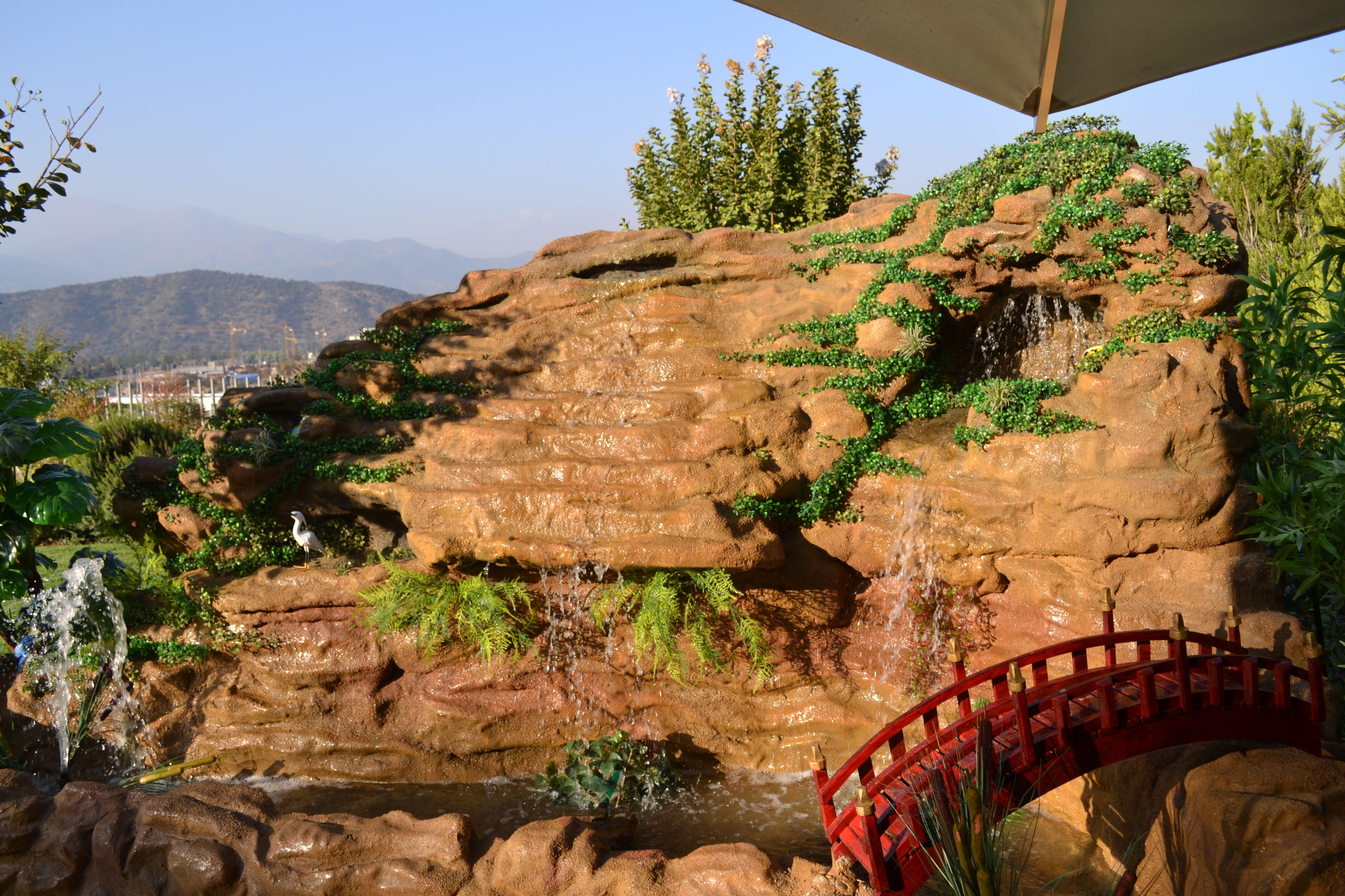 Cascada fabricada en fibroresina imitaci n piedra logrando for Cascadas con piedras naturales