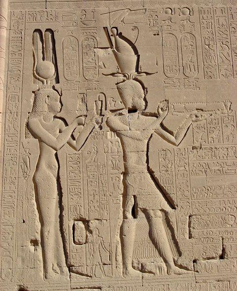 Temple D Hathor Denderah Mur Exterieur Cleopatre Et Son Fils