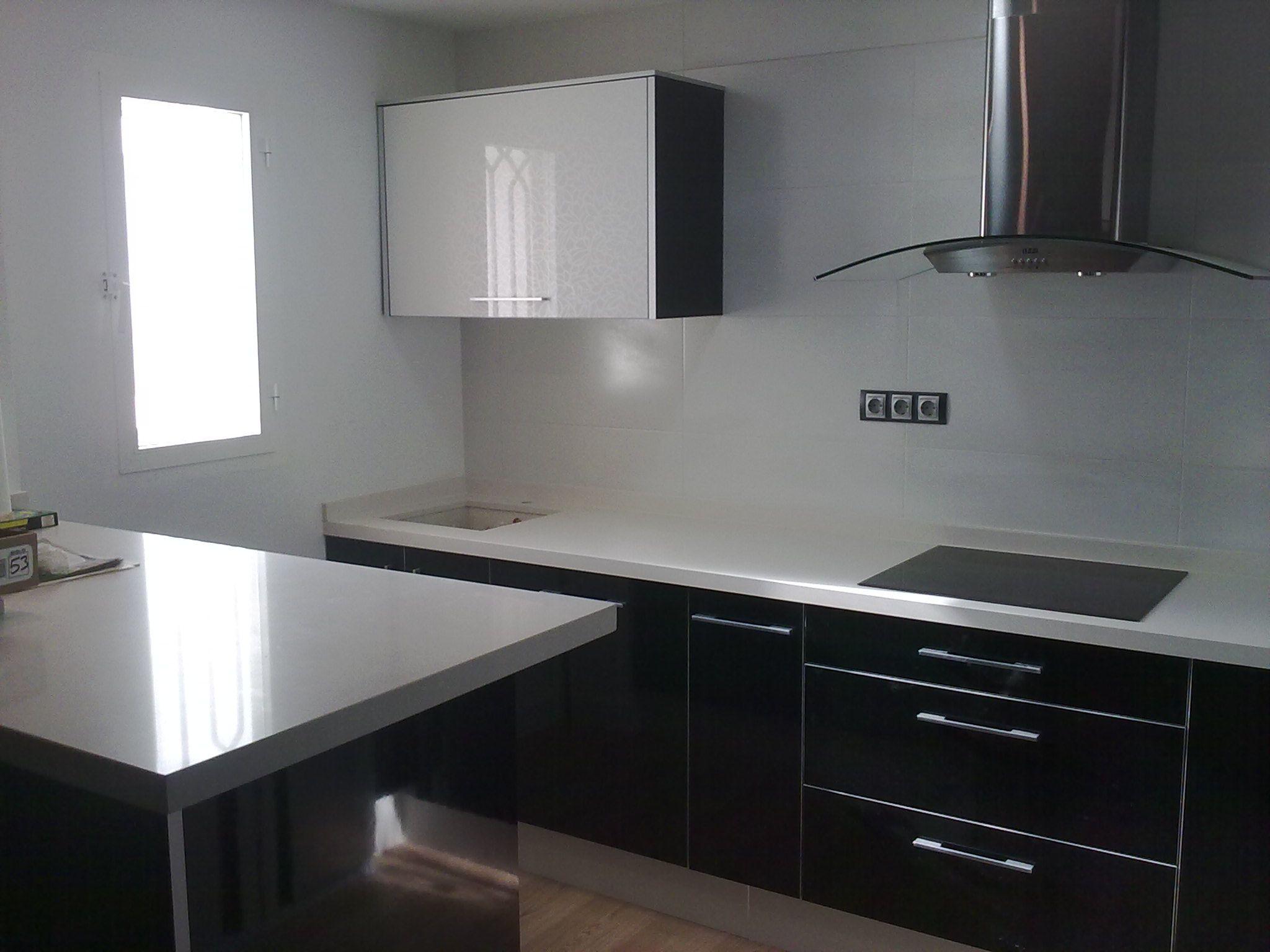 Cocina negra y blanca fotos de cocinas pinterest for Cocina blanca encimera negra