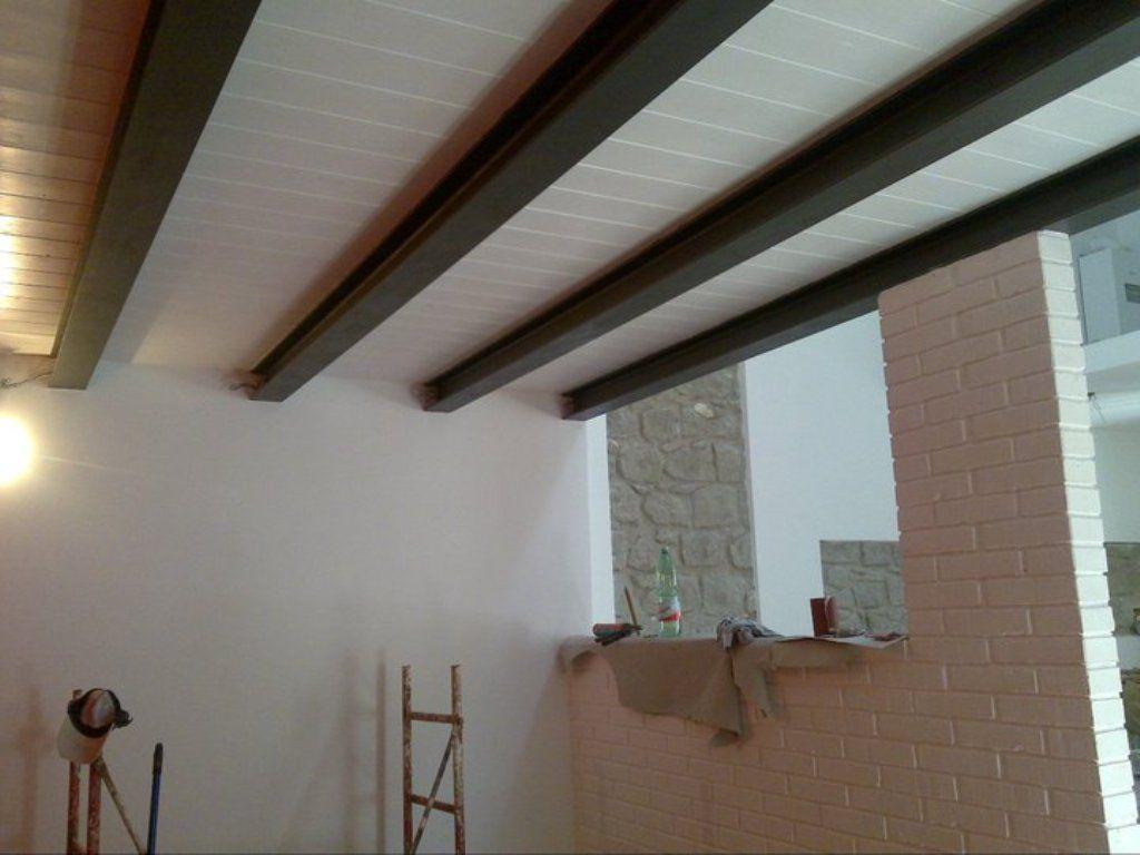 Cantina ristrutturata tetto a due falde in legno lamellare for Soffitto travi a vista bianco