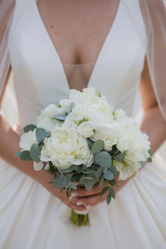 Brautstrauß mit Pfingstrosen und Eucalyptus #whitebridalbouquets