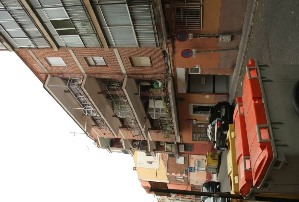 Recalce de la cimentación de este edificio de viviendas en Madrid. Durante años han tenido desperfectos en el saneamiento, lo que ha provocado una tremenda caverna bajo el edificio. Algunas zapatas quedaron descalzadas y se corría un serio riesgo de colapso. Tras el recalce de la cimentación realizado, el edificio es estable.