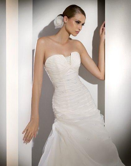 6d3e36f290 Manila - Kifutó modellek - Esküvői ruhák - Ananász Szalon - esküvői,  menyasszonyi és alkalmi ruhaszalon Budapesten