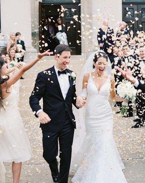 Hochzeitsfotografie Auszug Blumenstreuen Brautpaar Hochzeit